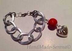 braccialetto realizzato a mano con catena con anelli di diverse dimensioni e pendente a forma di cuore con perla rossa