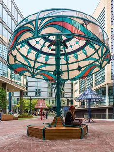 Cinque lampade classiche, in una versione oversize, illuminano la piazza di Manchester