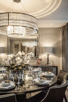 Dining room lighting: Dining room chandelier that will elevate your dining room decor Elegant Dining Room, Luxury Dining Room, Elegant Home Decor, Dining Room Lighting, Elegant Homes, Dining Room Design, Dining Decor, Dining Rooms, Chandelier Lighting