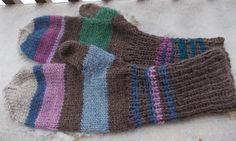 Lapaset, jotka eivät kelvanneet kenellekään. Täytynee käyttää ens talvena ihan itte! Nobody wanted these mittens. Guess I'll keep them myself, for next winter.