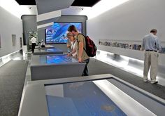 Interactive Multitouch Tables Help Tourists Plan Their Day At New York City Information Center - ScreenMedia Daily City Information, Information Center, Interactive Table, Interactive Design, Display Design, Wall Design, Ui Design, Out Of Home Advertising, Digital Retail