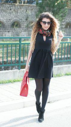Minidress nero e capelli ondulati total black