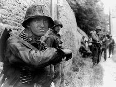 """1944, France, Normandie, Le """"SS-Sturmmann"""" Otto Funk de la SS-Aufklärungs Kompanie 15, du SS-Panzer-Grenadier-Regiment 25, de la 12. SS Panzer-Division """"Hitlerjugend"""", le 9 juin"""
