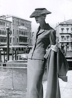 Moda donna anni 40- tailleur di taglio maschile- giacca fino al bacino  Fotografia Di 3cc7523581d