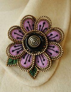 Felt and zipper flower brooch Pretty lilac/rose sweater felt in this piece. Zipper Flowers, Felt Flowers, Fabric Flowers, Felted Wool Crafts, Felt Crafts, Fabric Crafts, Zipper Jewelry, Fabric Jewelry, Bullet Jewelry