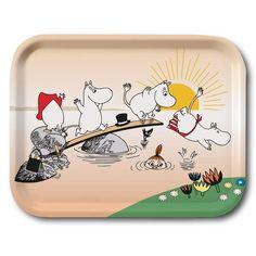 Delightful Moomin tray featuring Tove's original art. High quality wood, made in Sweden. Suitable for the dishwasher. Brings joy to your home! Size:27 x 20 cmIhana Muumi-tarjotin Toven alkuperiäisellä kuvalla. Korkealaatuista puuta, valmistettu Ruotsissa. Kestää konepesun. Tuo takuulla iloa kotiisi! Koko: 27 x 20 cm.Vacker Mumin bricka med Toves original konstverk.Hög kvalitet i formpressat trä tillverkad i Sverige. Tål maskindisk. Hämtar garanterat glädje till ditt hem! Storlek: 27 x 20… Moomin Shop, Tove Jansson, Tallit, Sunglasses Case, Original Art, Swimming, Joy, Products