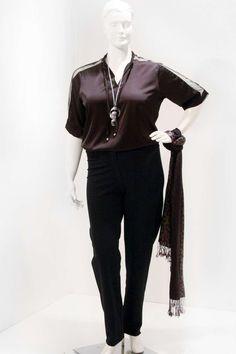 Túnica Tuly Ilhóis em cetim preto Decote com pé de gola e ilhóis com rolotê e ponteira mangas 3/4 com recorte de tuly preto Uma túnica super básica moderna e chick #tunicaplussize #plussize #modaplussize #modaplussizebrasil #mulherplussize #mulheresplussize #tamanhogrande #vickttoriavick #modaplussizebr #plussizebrasil #plussizefashion #modagg #moda #fashion #feitonobrasil #plussizes #plussizebr #gordinhasdobrasil #modafemininaplussize #somosplussize #lojaplussize #lojafeminina #mulheresr