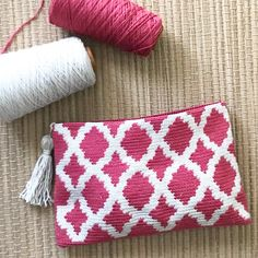 This Pin was discovered by Der Crochet Clutch Bags, Crochet Pouch, Crochet Quilt, Crochet Handbags, Crochet Purses, Love Crochet, Crochet Crafts, Yarn Crafts, Crochet Projects