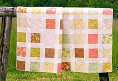 Learn how to build block foundations for log cabin quilts with this easy tutorial. The Log Cabin Quilt Block is one of the most basic quilt block patterns, and it can be used in many variations of log cabin quilts. Make a pink log cabin quilt! Easy Quilt Patterns, Pattern Blocks, Rug Patterns, Patchwork Patterns, Vintage Patterns, Quilts Using Fat Quarters, Fat Quarter Quilt, Queen Size Quilt, Quilting For Beginners