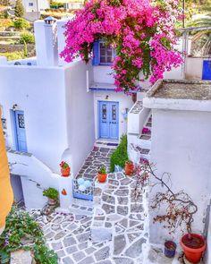 The crowned house / Lefkes village- Paros island - Travel Tips Beautiful Places To Visit, Beautiful World, Myconos, Paros Greece, Paros Island, Bougainvillea, Travel Aesthetic, Greece Travel, Greek Islands