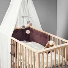 Leander& mid-century inspired Linea Cot goes from a newborn crib, to a regular crib, to a toddler bed, and eventually to a two-seater sofa. Baby Design, Rooms Decoration, Modern Baby Furniture, Cot Bumper, Furniture Packages, Designer Baby, Cot Bedding, Room Wallpaper, Baby Room Decor