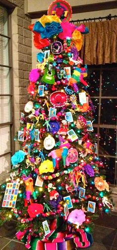 Ideas For Christmas Tree Themes Colors Navidad Mexican Christmas Decorations, Christmas Tree Themes, Noel Christmas, Holiday Tree, Christmas Tree Decorations, Christmas Crafts, Xmas Trees, Colorful Christmas Tree, Christmas Images