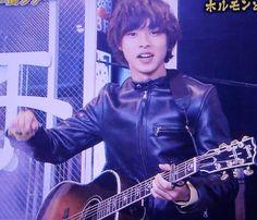 "Kento Yamazaki sings ""ずっと好きだった(Zutto Sukidatta)"" by 斉藤和義 (Kazuyoshi Saito), from 00:17:45, TV show ""Arashi ni shiyagare"", 04/05/2014 http://www.iqiyi.com/w_19rqzkoyr1.html"