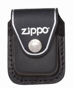 Zippo Lighter Sort Læderpung Med Clip    Zippo Lighter Pouch, er en sort læderpung med metalclips på bagsiden.  Pungen gør det muligt for dig at bære din Zippo lighter i bæltet, i bukselinningen eller eksempelvis at placere den på solskærmen i bilen.  Knappen på pungen, sikre