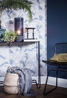 Inred ditt vardagsrum med en färgskala i blått, grönt och gult. Mixa detaljer med fina motiv av fåglar och fjädrar. Mörka väggar och romantiska blommor sätter stilen. Nu kan du handla inredning direkt i vår webbutik – välkommen till LEVA&BO Shopping! Blue And Yellow Living Room, Winter House, Eclectic Decor, Wooden Flooring, Vintage Designs, Entryway Tables, Sweet Home, New Homes, Interior Design
