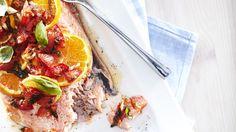 Uunilohi Välimeren tapaan on helppo valmistaa. Sitrukset ja tomaatit raikastavat kalan makua.
