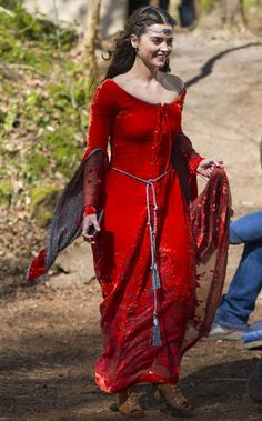 Doctor Who series 8 pictures: Jenna Coleman wears figure-hugging medieval dress for filming with Peter Capaldi - Mirror Online Doctor Who Series 8, Doctor Who Episodes, New Doctor Who, Clara Oswald, Medieval Fashion, Medieval Dress, Jenna Coleman, Dr Who, Doctor Who Companions