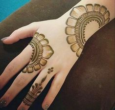 Best Floral Mehndi Designs - Flowers, roses in particular , leaves, shrubbery and various other floral motifs are surely classical when it comes to henna art. Henna Hand Designs, Mehndi Designs Finger, Mehndi Designs Book, Mehndi Designs 2018, Mehndi Designs For Beginners, Modern Mehndi Designs, Mehndi Design Pictures, Mehndi Designs For Girls, Beautiful Mehndi Design