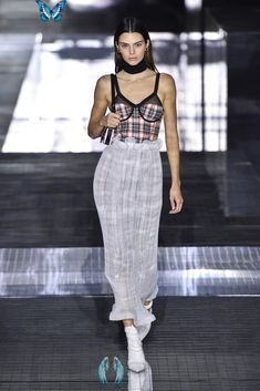 The 40 Most Memorable Runway Looks From Fashion Week So Far Kendall Jenner on the Burberry Fall 2020 Runway at London Fashion Week<br> From Miley Cyrus's surprise catwalk at Marc Jacobs to Bella Hadid's epic Oscar de la Renta dress, these Fashion Week moments are unforgettable. New York Fashion, Fashion Week Paris, Fashion 2020, Runway Fashion, Fashion Show, London Fashion, Fashion Outfits, Fashion Design, Style Fashion