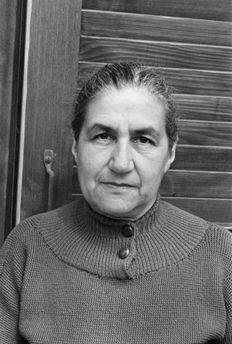 JEANNE HERSCH  (Ginebra 1902-2000) fue una filósofa suiza de origen polaco que reflexionó en sus obras sobre el concepto de libertad.Fue una de las primeras mujeres en obtener un puesto de catedrática en la Universidad de Ginebra en 1956. Dirigió la división de filosofía de la UNESCO durante dos años y fue miembro de su Comisión Ejecutiva entre 1970 y 1972.  En 1987, recibió la medalla Einstein.