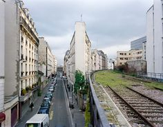 La petite ceinture — the little belt — is an abandoned railway line, 32 km long, that circles Paris. Built in stages from 1852 to 1900.