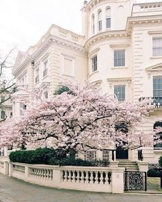 Frühling in London - Architecture Beautiful World, Beautiful Homes, Beautiful Places, Oh The Places You'll Go, Places To Visit, Curb Appeal, Exterior Design, The Good Place, Scenery