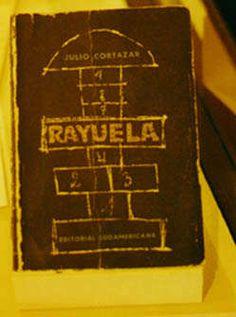 No puedo evitarlo y trate de resistirme, pero Julio Cortázar es Julio Cortázar y esta obra es maravillosa. Belleza que produce conmoción: Rayuela.