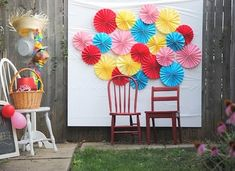 a pretty cool life.: diy: make a paper fan photo backdrop for your backyard party Diy Photo Booth Props, Diy Photo Backdrop, Diy Wedding Backdrop, Photo Backdrops, Backdrop Ideas, Photo Booths, Photobooth Background, Diy Craft Projects, Diy Crafts