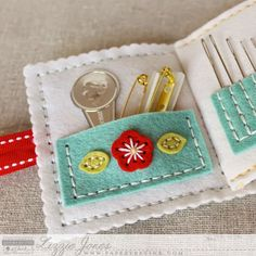 Don't Forget To Write: Quick Stitch: Sewing Staples Kit like, ignore the specific product overview, but I do like the layout of this needle book Felt Crafts, Fabric Crafts, Sewing Crafts, Needle Case, Needle Book, Small Sewing Projects, Sewing Hacks, Sewing Kits, Sewing Case