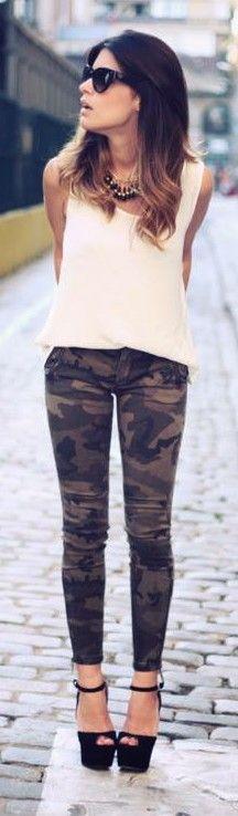 Blusa sencilla, pantalón camuflado y tacones de plataforma