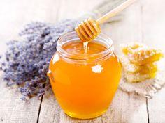 Als süßer Brotaufstrich darf Honig auf kaum einem Frühstückstisch fehlen, in den Chai Tea gehört ebenso ein Löffel zum Süßen wie in die heiße Milch zum Einschlafen. Ob der goldene Saft aber wirklich eine kaloriensparende und vor allem gesunde Alternative zu Zucker ist, darüber sind sich Experten uneinig. 8 Dinge, die Sie über Honig wissen sollten | eatsmarter.de