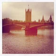 Morning rain falling over Lambeth Bridge, #London 9°C I 48°F #BurberryWeather