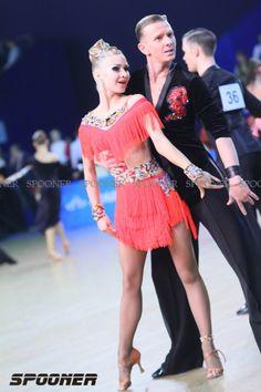 This is a fun, youthful looking Dancesport Latin dress. Latin Ballroom Dresses, Ballroom Dancing, Baile Latino, Salsa Dress, Country Dresses, Dance Fashion, Skating Dresses, Looks Cool, Dance Outfits