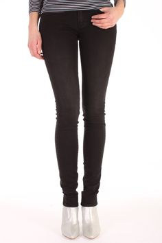 De Sharp DBS van Denham is gemaakt van katoen met elasthan.  Het is een skinny fit jeans met een slank silhouette.  Sharp DBS - 02-13-11-11-001.