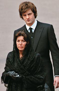 Ernst August de Hanover le tiene mucho cariño a Carolina, a pesar de que se rumora que su padre dejó a su madre, Chantal Hochuli, por ella. En la foto, en el sepelio del príncipe Rainiero, en 2005. Foto: AFP.