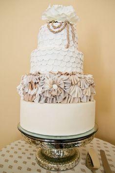 Bolo de casamento - Real ou Fake? O bolo de casamento é um dos elementos mais importantes desse dia, todos esperam pelo momento em que os noivos o partem, e não vêem a hora de poder saboreá-lo, mas por ser um item tão indispensável,o seu preço nem...