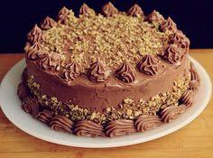 Atat de bine merge tortul asta, ca uns! :)) Cremele de ciocolata se completeaza atat de bine cu siropul caramel cu Amaretto, incat, cu toata rusinea :)), tot mai ceri o felie! :)) Romanian Desserts, Cake Recipes, Dessert Recipes, Homemade Cakes, I Foods, Sweet Treats, Cheesecake, Food And Drink, Yummy Food