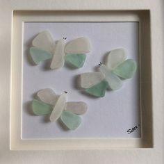 Joli papillon photo mosaïque fabriqué à partir de fragments de verre de mer écossais. Je collectionne tous mes propre poterie et verre de mer avec l'aide de mes enfants. Nous aimons marcher et explorer les plages près de notre maison. Verre de mer est beaucoup ans, lavés lisses