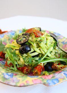 Courgette spaghetti staat ook wel bekend als courghetti. Een heerlijk vegetarisch en makkelijk recept met zongedroogde tomaten, olijven en walnootpesto.
