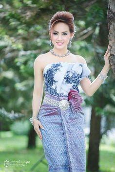 Traditional Thai Clothing, Traditional Fashion, Traditional Dresses, Thai Fashion, Thai Dress, Khmer Wedding, Wedding Costumes, Beautiful Asian Women, Beauty Women