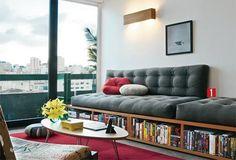 Compacto e muito funcional - Casa (espaço para livros em baixo de sofá