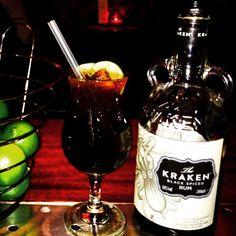 Cocktail 'Cuba Libre' met bruine rum 'Kraken' verse limoen en cola. Caribische cocktail