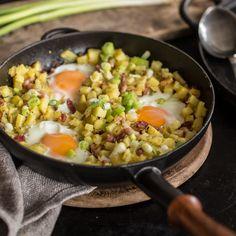 """Feierabend in der Pfanne auf Schwedisch. Rein kommt, was die Küche hergibt, zum Beispiel Kartoffeln und Räucherspeck - """"pytt"""" sprich klitzeklein gewürfelt."""