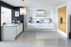 Witte keuken met 'zwevende' kasten en inbouwkastenwand met houten fronten.