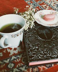 Chá de amor próprio e uma nova leitura #teatime #tea #book #ameninasubmersa #macaron #laduree #cup #bohemia #folk #vintage