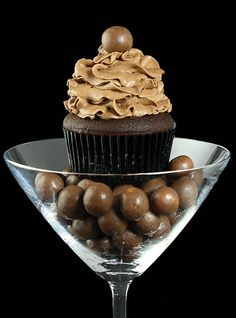 serve your cupcakes atop a bed of candy in a martini glass. love!