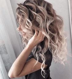 Love these curls! & her hair color! Quick Hairstyles, Pretty Hairstyles, Hairstyle Ideas, Female Hairstyles, Brown Blonde Hair, Blonde Highlights Curly Hair, Blonde Brunette, Curly Blonde, Hair Color And Cut