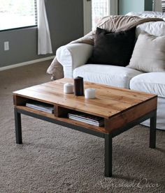 It is so creative idea to make a pallet desk using old wooden pallets and use it for many useful purposes. The use of pallet wood to make a pallet desk is Pallet Crafts, Diy Pallet Projects, Cool Diy Projects, Home Projects, Recycled Pallets, Wood Pallets, Pallet Wood, 1001 Pallets, Pallet Furniture