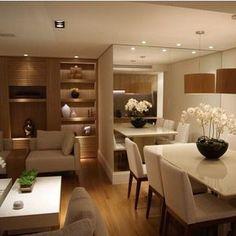 Sala jantar, com espelho usado para ampliar o espaço.: