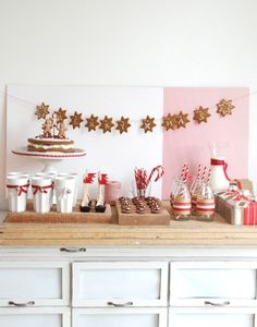 A gorgeous Christmas cookie party love the cookie garland Christmas Goodies, Christmas Treats, Christmas Baking, Christmas Holidays, Merry Christmas, Christmas Buffet, Cookie Exchange Party, Christmas Cookie Exchange, Bar A Bonbon